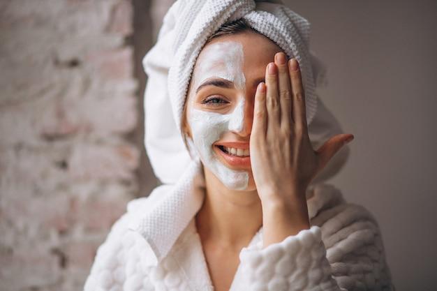 Portret van een vrouw met een gezichtsmasker half gezicht Gratis Foto
