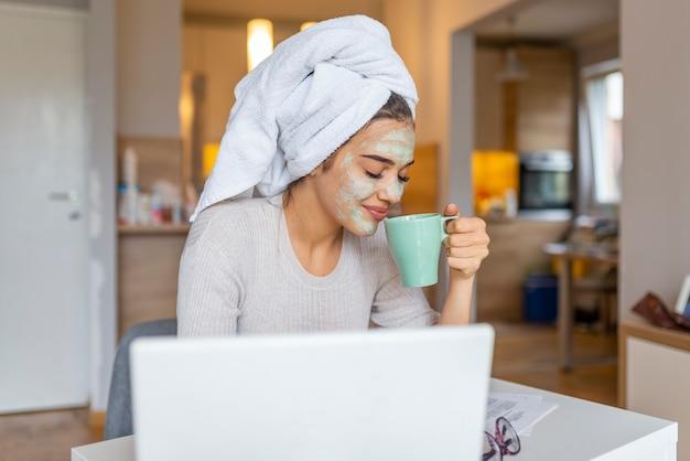 Portret van een vrouw met schoonheidsmasker op haar gezicht Premium Foto