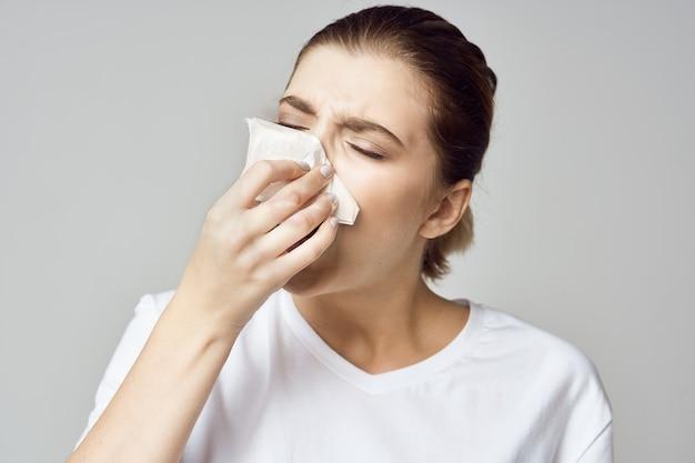 Portret van een vrouwenzakdoek, griep, loopneus Premium Foto
