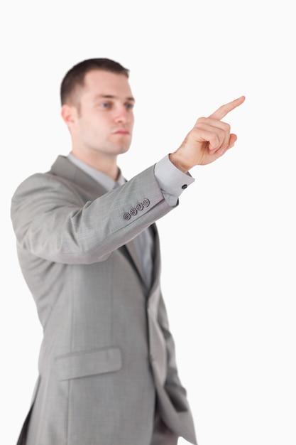 Portret van een zakenman iets aan te raken Premium Foto