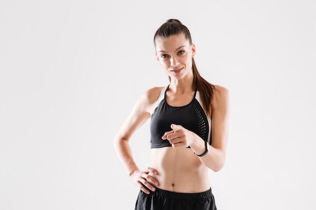 Portret van een zelfverzekerde glimlachende sportvrouw Gratis Foto