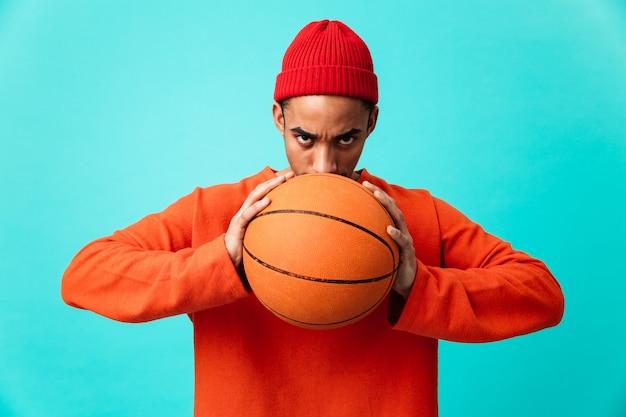 Portret van een zelfverzekerde jonge afro-amerikaanse man in hoed Premium Foto