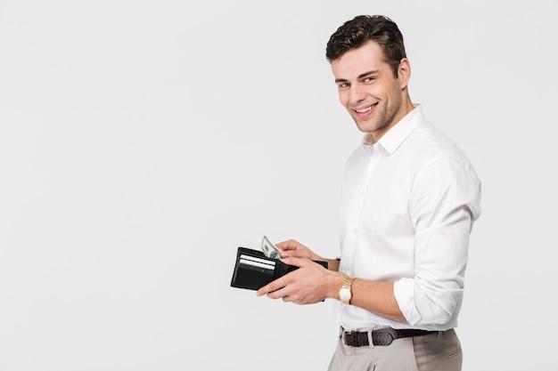 Portret van een zelfverzekerde lachende man Gratis Foto
