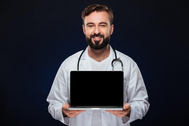 Portret van een zelfverzekerde mannelijke arts gekleed in uniform Gratis Foto