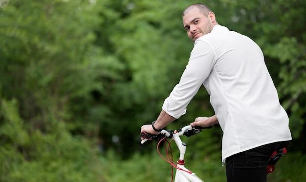 Portret van elegante man blij om te fietsen Gratis Foto