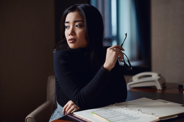 Portret van elegante mooie bedrijfsvrouw in glazen Premium Foto