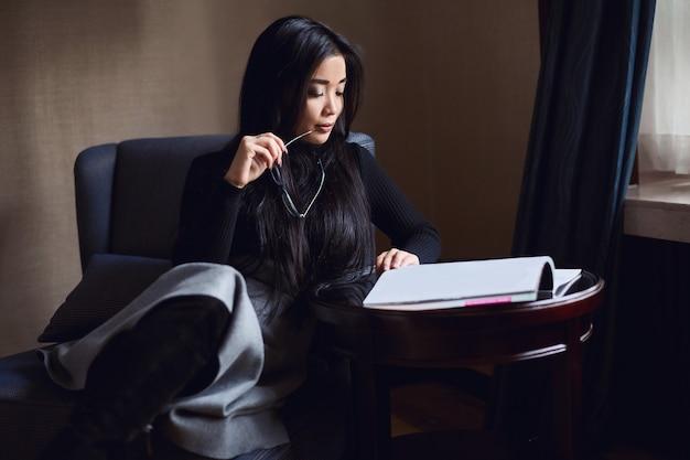 Portret van elegante mooie zakenvrouw bij de receptie Premium Foto