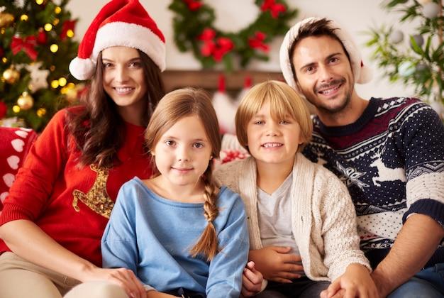 Portret van familie tijdens kerstmis Gratis Foto
