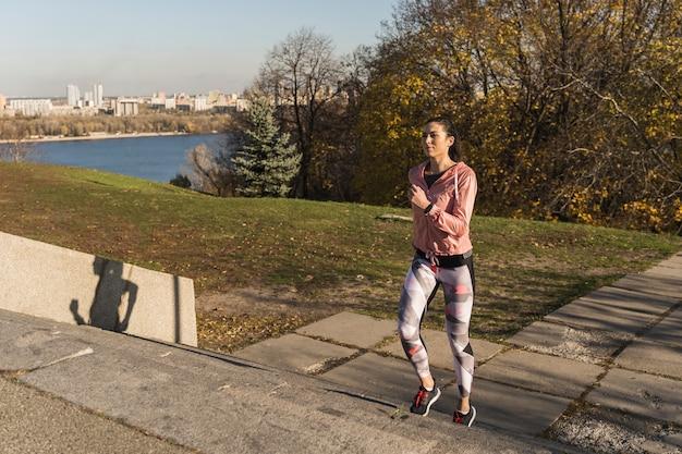 Portret van fit vrouw joggen buiten Gratis Foto