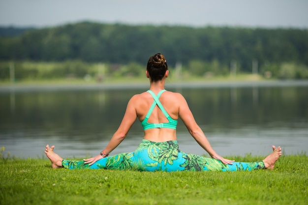 Portret van geluk jonge vrouw beoefenen van yoga op buitenshuis Gratis Foto