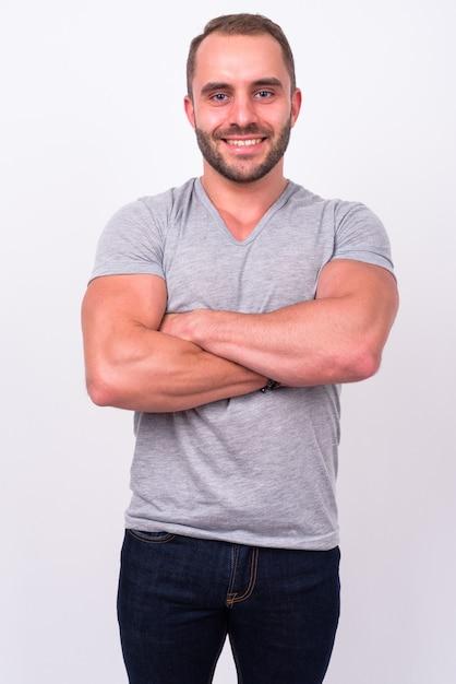 Portret van gelukkig gespierde bebaarde man die lacht met gekruiste armen Premium Foto