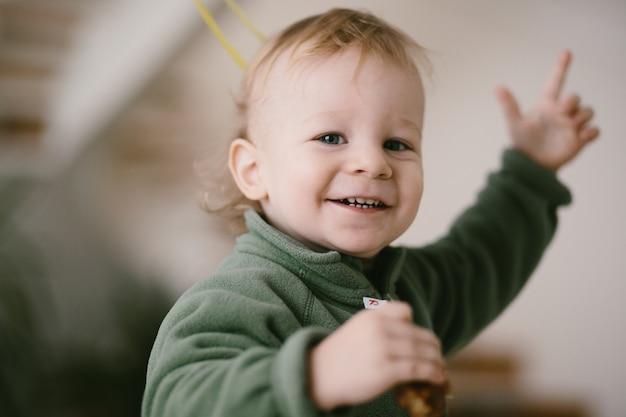 Portret van gelukkig klein kind in groene springen Gratis Foto