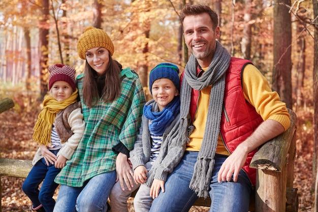 Portret van gelukkige familie in het bos Gratis Foto