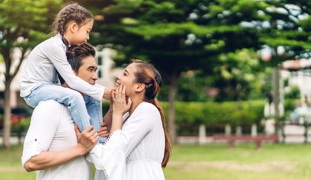 Portret van gelukkige familie in het park Premium Foto