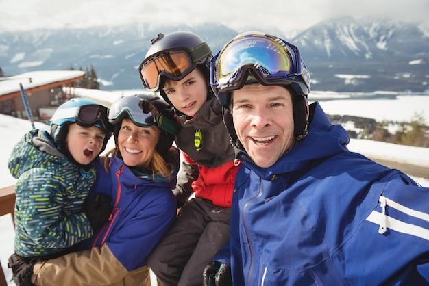 Portret van gelukkige familie in skikleding Gratis Foto