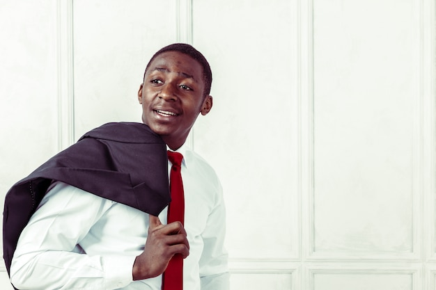 Portret van gelukkige, glimlachende zwarte zakenman Premium Foto