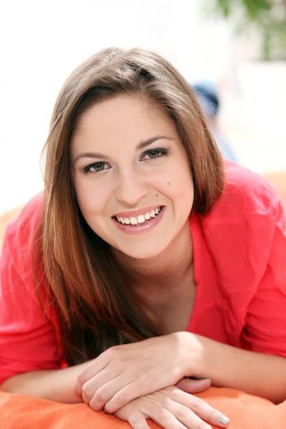Portret van gelukkige jonge vrouw Gratis Foto