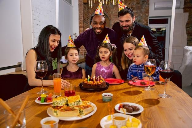 Portret van gelukkige multi-etnische familie die een verjaardag thuis viert Gratis Foto