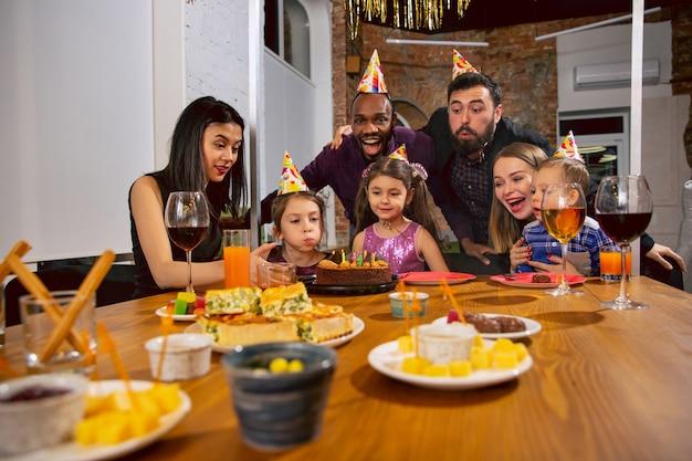 Portret van gelukkige multi-etnische familie die thuis een verjaardag viert Gratis Foto