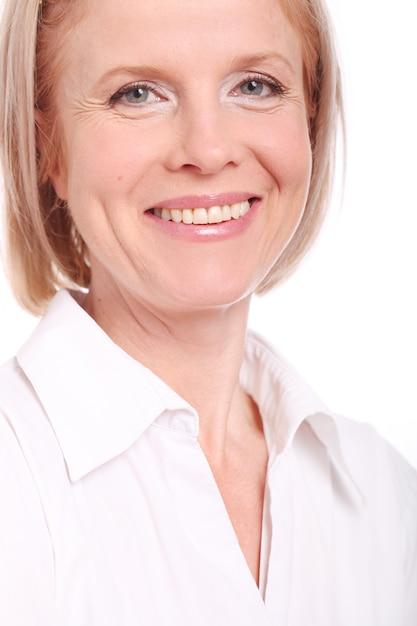 Portret van gelukkige oude vrouw over witte achtergrond Gratis Foto