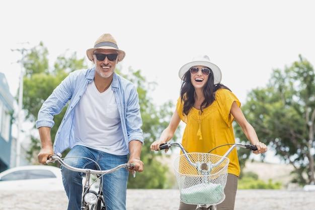 Portret van gelukkige paar fietsen Premium Foto
