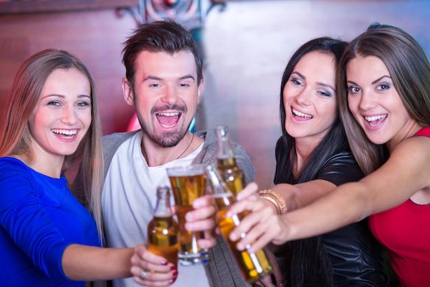 Portret van gelukkige vrienden die glazen met cocktails houden. Premium Foto