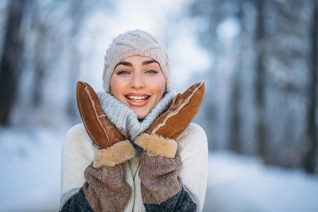 Portret van gelukkige vrouw in de winterpark Gratis Foto