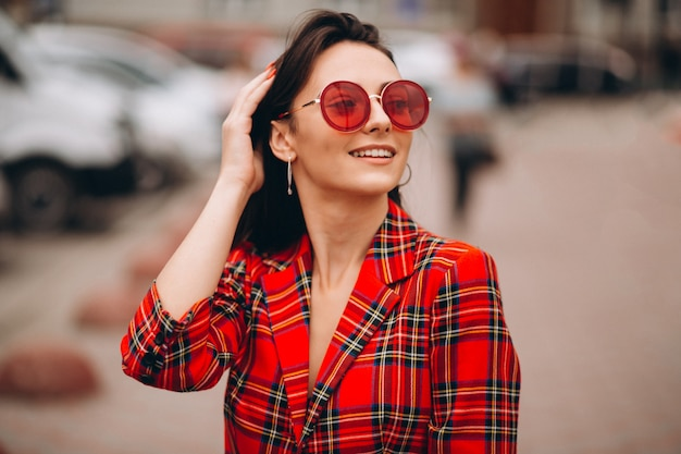 Portret van gelukkige vrouw in rood jasje Gratis Foto