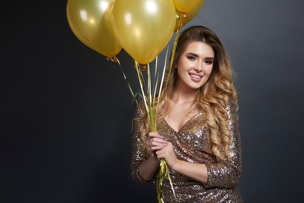 Portret van gelukkige vrouw met ballons Gratis Foto