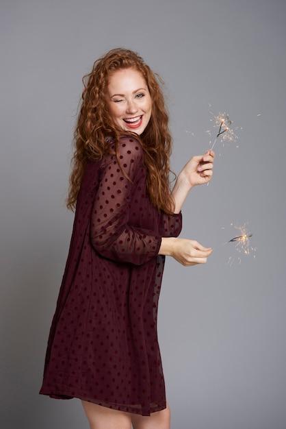 Portret van gelukkige vrouw met brandende wonderkaarsen Gratis Foto