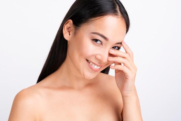 Portret van gelukkige vrouw met duidelijke huid Gratis Foto