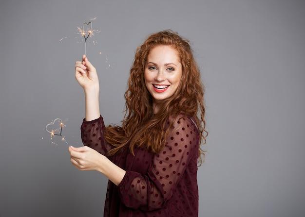 Portret van gelukkige vrouw met hartvormige sterretjes Gratis Foto