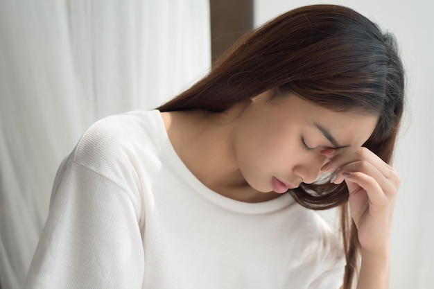 Portret van gestreste en zieke vrouw met hoofdpijn Premium Foto