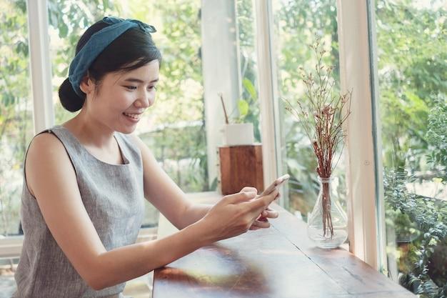 Portret van gezonde middelbare leeftijd 40s aziatische vrouw maken van facetime videobellen met smartphone thuis, met behulp van zoom meeting online app, sociale afstand, thuiswerken, werk op afstand concept Premium Foto