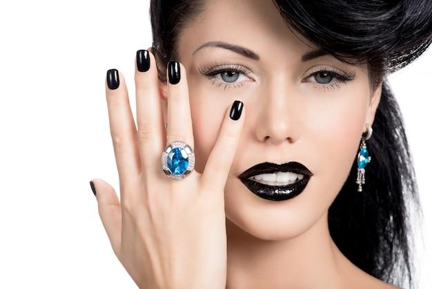 Portret van glamour vrouw nagels, lippen en ogen geverfd kleur zwart Gratis Foto