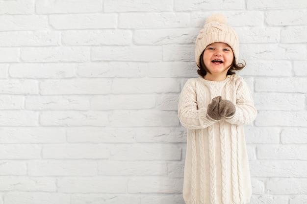 Portret van glimlachend meisje met exemplaarruimte Gratis Foto