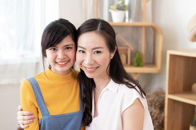 Portret van glimlachende aziatische familie moeder en tienerdochter Premium Foto