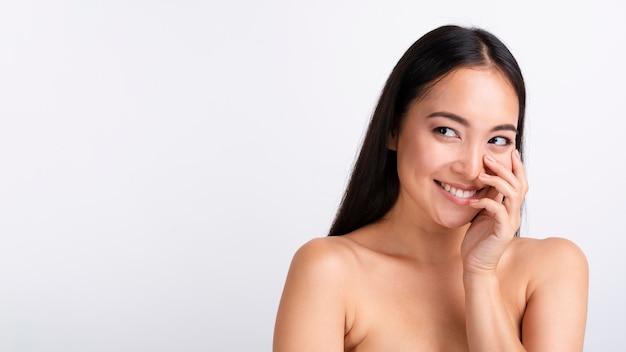 Portret van glimlachende aziatische vrouw met duidelijke huid Gratis Foto