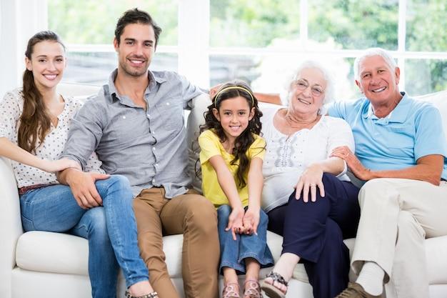 Portret van glimlachende familie met grootouders op bank Premium Foto