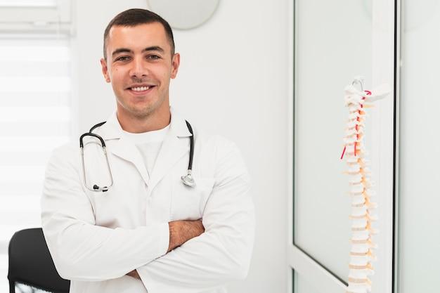 Portret van glimlachende mannelijke arts Gratis Foto