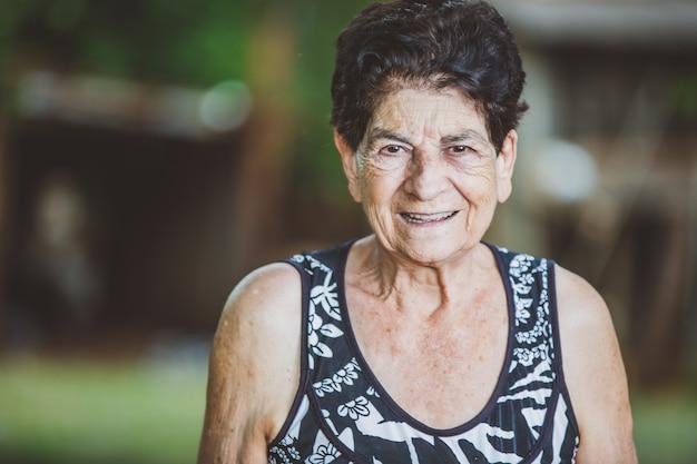 Portret van glimlachende mooie bejaarde in openlucht Premium Foto