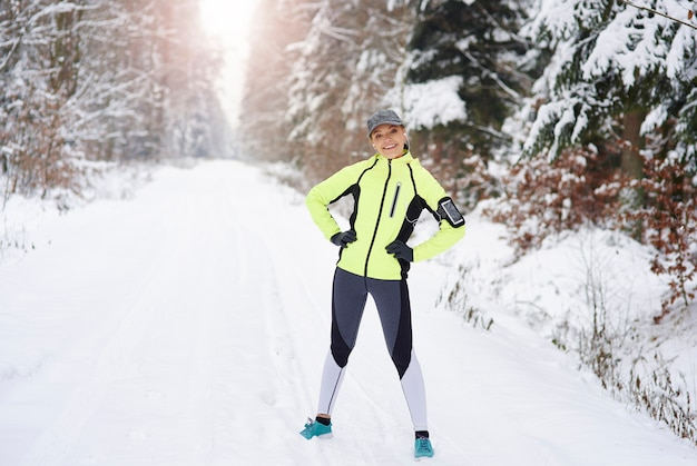 Portret van glimlachende vrouw na training in de frisse lucht Gratis Foto