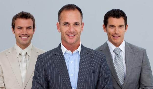 Portret van glimlachende zakenlieden met gevouwen wapens Premium Foto