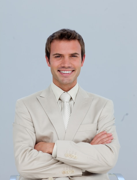 Portret van glimlachende zakenman met gevouwen wapens Premium Foto