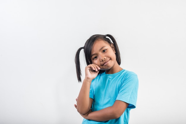 Portret van grappig meisje die in studioschot handelen Gratis Foto