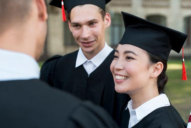 Portret van groep studenten die hun graduatie vieren Gratis Foto