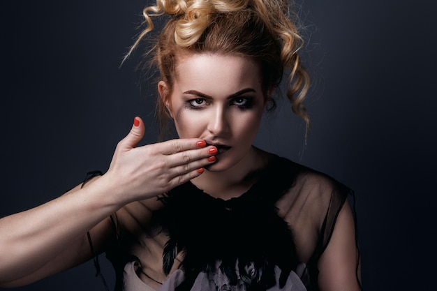 Portret van groot model met vlekkerige make-up Premium Foto