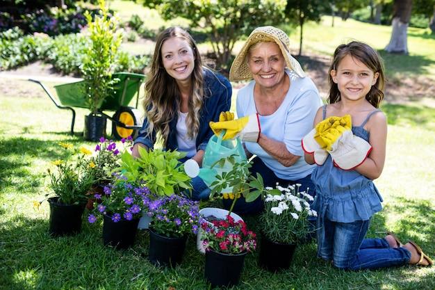 Portret van grootmoeder, moeder en dochter samen tuinieren Premium Foto