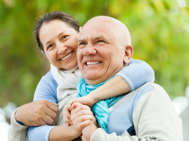 Portret van heerful volwassen paar samen Gratis Foto