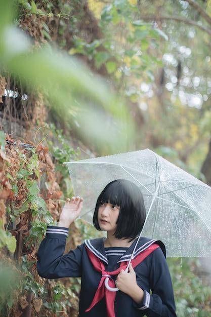 Portret van het aziatische schoolmeisje lopen Premium Foto